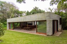 Familienanhang Hergestellt von der Firma Nommo Arquitetos in Florianópolis, Brasilien - Haus dekoration Flat Roof House, Facade House, Small House Design, Modern House Design, Modern Architecture House, Architecture Design, Futuristic Architecture, Modern Houses, Concrete Houses
