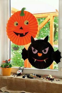 Halloween themed jack o'lantern 🎃and bat 🦇 craft idea 💡 Diy Deco Halloween, Moldes Halloween, Casa Halloween, Theme Halloween, Adornos Halloween, Manualidades Halloween, Halloween Crafts For Kids, Halloween Activities, Halloween Projects