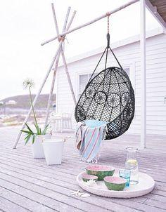 Le fauteuil suspendu a une place d'honneur dans notre déco pour créer une ambiance cocooning et pour ce printemps on l'installe sur la terrasse pour une sieste en extérieure.