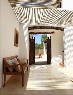 Prachtig licht-/schaduweffect door semi-overkapping van bamboestokken. Door Tiara