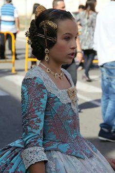 Particular de la manga de un vestido de fallera para la fiesta de Las Fayas en Valencia, España