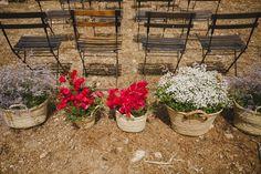 Alejandra y Mark, boda en Menorca | Así Si Quiero | mediterranean wedding | Fotografos boda Menorca Raquel Benito | detalle ceremonia ceremony flowers flores sillas chairs decor style estilo