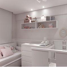 Quartinho de bebê, destaque para a delicadeza do papel de parede listrado. Projeto fofíssimo by @paulahenriquearquitetura #decor #bedroom #babyroom #arquiteta #babie #bebê #meubebe #decora #mybaby #home #homedesign #arquitetura #quartodebebe #papeldeparede #wallpaper #cute #beautiful #loverly #blogger #blogfabiarquiteta #fabiarquiteta