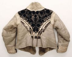 Krisztina Szabo, textile conservator : Excavated at Albertirsa - White lambskin jacket, with white lamb fur on its chest, back, sleeves and with rich black embroidery. Antique Clothing, Historical Clothing, Vintage Style Dresses, Nice Dresses, Chain Stitch Embroidery, Embroidery Patterns, Hungarian Embroidery, Folk Costume, Ethnic Fashion