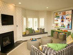 Each week on Showhouse Showdown, two designers make over identical, unfurnished…