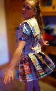 meisje met een zelfgemaakte matrozenjurk van krantenpapier