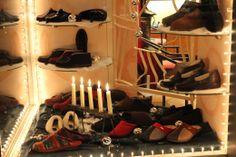 Kaarsjesavond; ook in de etalage - De dag na kaarsjesavond 2013 was het tijd voor de eerste editie van Candlelight Shopping in Gouda. Geniet van Gouda in kerstsfeer.