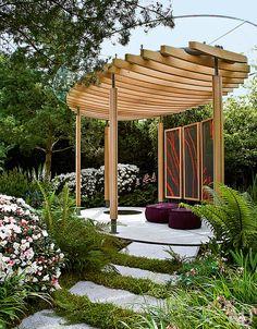 Конкурсный проект, дизайнер Томас Хоблин Современная версия беседки была сделана специально для садовой выставки в Челси. У нее двойная крыша: деревянная решетка защищает от солнца, а плексиглас от дождя. Хороший вариант для стран с капризным климатом, вроде Англии или России.