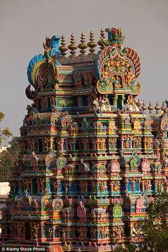 The lure of the coloured towers has seen innumerable shops spring up selling flowers, coconuts and pooja items Indian Temple Architecture, Historical Architecture, Temple India, Bright Paintings, Hindu Art, Incredible India, Nature Pictures, Tours, Places To Travel