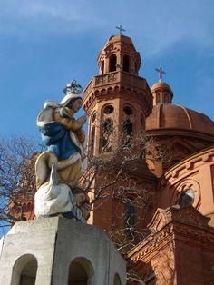El Santuario Nacional del Sagrado Corazón de Jesús es un templo católico que se levanta en la cima de una elevación en la ciudad de Montevideo, por lo cual se lo conoce como la Iglesia del Cerrito de la Victoria.  Las obras de la primera etapa comienzan en 1926. En 1975 fue declarado Monumento Histórico Nacional. Montevideo - Uruguay.