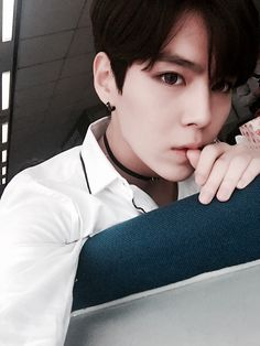 Find images and videos about ulzzang, maknae and korean boy on We Heart It - the app to get lost in what you love. Hot Korean Guys, Cute Asian Guys, Cute Korean Boys, Korean Men, Asian Boys, Cute Guys, Korean Ulzzang, Ulzzang Boy, Pretty Men