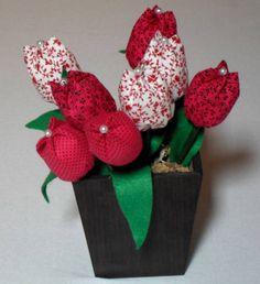 Vaso com 8 tulipas de tecido.
