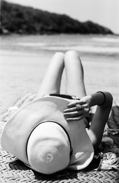 girl at beach - Black and White - Photography - Portrait Summer Of Love, Spring Summer, Summer Picnic, Hello Summer, Summer Hats, Style Summer, Rodney Smith, Spring Breakers, Foto Pose