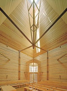 """Kärsämäen paanukirkko, 2004. Anssi LassilaRakennettu 1700-luvun menetelmin osin talkootyönä paikalle, jossa oli aikaisemmin 1800-luvulla purettu kirkko.Yanar: """"Kärsämäen kirkko onkin oivallinen esimerkki pyhästä paikasta, joka saa ihmisen kääntämään katseensa ylöspäin."""""""