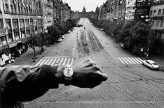 Le truppe del Patto di Varsavia invadono Praga, agosto 1968. (Josef Koudelka, Magnum/The J. Paul Getty Museum)