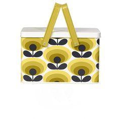 <p>Ravissante boîte à outils en tôle laquée avec le nouveau motif 70s Oval Flower en version jaune de la designer irlandaise Orla Kiely, couvercle sur charnières et compartiment intérieur amovible, deux grandes poignées pour transport facile. On peut aussi bien l'utilser come boite à outils ou à couture. On aime son volume et son côté très décoratif !</p>