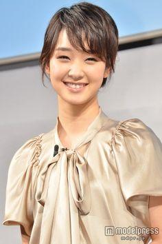 女優の剛力彩芽が20日、東京・渋谷のKDDIデザイニングスタジオにて行われた「iPhone 5s/iPhone 5c 発売イベント」に、俳優の哀川翔とともに出席した。