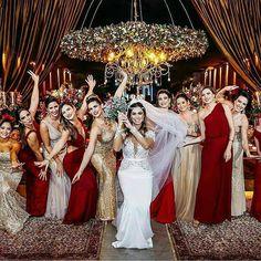 """432 curtidas, 8 comentários - Blog de Casamento e Festas (@blogcasamentoefestas) no Instagram: """"Vermelho e dourado para as madrinhas. Via: @veuegrinaldaoficial . . . . - Acompanhe e…"""""""