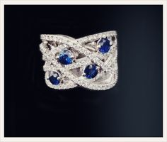 Bague sur mesure BLUEBLUE en or blanc 18 carat sertie de diamants et de 4 saphirs.