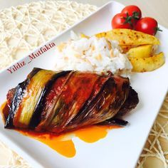 Fırında Patlıcan Sarmalı Köfte Tarifi için Malzemeler 6 adet patlıcan Yarım çay bardağı sıvı yağ Köfte için; 500 gram 4 dilim bayat ekmek 1 adet kuru soğan 1