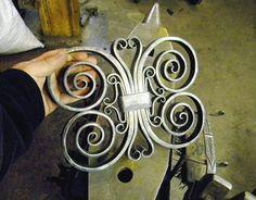 Kim Thomas                                                                                                                                                     Más Blacksmith Workshop, Blacksmith Forge, Blacksmith Projects, Metal Gates, Wrought Iron Gates, Celtic Patterns, Iron Furniture, Railing Design, Iron Art