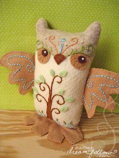 Very pretty embroidery on this owl by merwing little dear Felt Owls, Felt Birds, Fabric Crafts, Sewing Crafts, Sewing Projects, Craft Projects, Owl Always Love You, Beautiful Owl, Owl Crafts