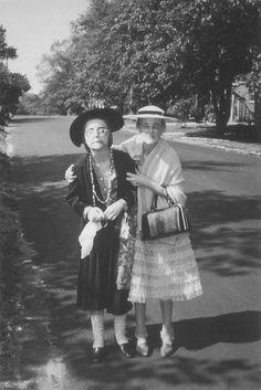 Cindy Sherman y Janet Zink vestidas como ancianas. Fotografía por Conrad G. Zink Sr. c. 1966