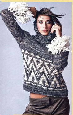 Серый свитер спицами с воротником хомут и бахромой на рукавах