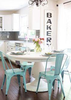 meuble style industriel, table blanche ronde et chaises industrielles turquoises