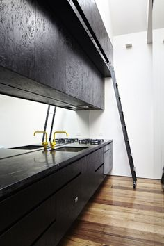 Perfect voor als je een hoge ruimte hebt...een keuken met ladder! De kraan vind ik ook mooi zo in combinatie met de zwarte keuken.