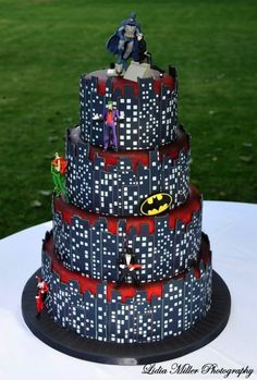 When it comes to geeky wedding themes, I can't say that the idea of a Batman wedding has ever even crossed my mind. However, after seeing this awesome Batman wedding cake, it seems like a good idea. Pretty Cakes, Beautiful Cakes, Amazing Cakes, Batman Wedding Cakes, Batman Cakes, Wedding Superhero, City Cake, Gateaux Cake, Superhero Cake