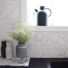 Kitchen moments with Scandi details. .  .  .  .  .  .  #danishdesign #husetshop #scandinaviandesign #kitchendecor #designinspo #designdetails #interiorinspo #teakettle #peppergrinder #vase #blacknwhite_perfection    #Regram via @husetshop