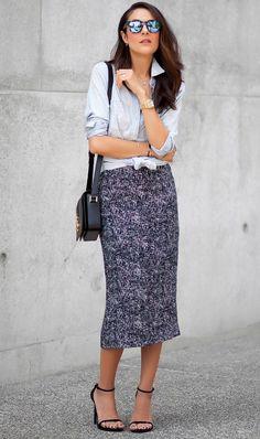 A saia lápis tem tudo a ver com o look de trabalho e, se combinada com camisa jeans lavada, fica estilosa na medida certa