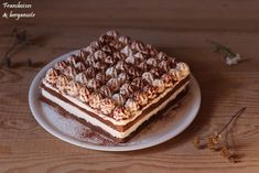 Oui il s'agit bien ici d'un tiramisu, mais en version entremets !!   Il est composé de 2 biscuitsau cacao imbibés au café,et d'une crème ...