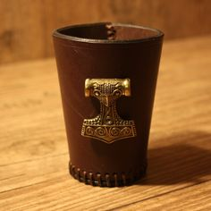 Würfelbecher Thors Hammer   25 U20ac Material: Vollrindleder Farbe: Dunkelbraun  Verziernung: Zierniete Mjölnir