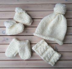 Lot bébé 1/3 mois. Bonnet, moufles, snood et chaussons.  Contact : axeletlillycreations@gmail.com Facebook : Axel & Lilly créations