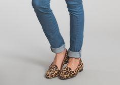 Slippers en cuir façon pony imprimé léopard, talon en cuir et caoutchouc, semelle intérieure en cuir, un alexandrin de Victor Hugo à l'intérieur. <br><br>    Aj