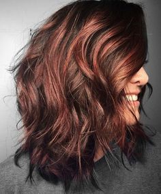 These rose gold auburn balayage are amazing. Chestnut Highlights, Dark Hair With Highlights, Auburn Highlights, Chunky Highlights, Caramel Highlights, Dark Auburn Hair, Hair Color Auburn, Short Auburn Hair, Front Hair Styles
