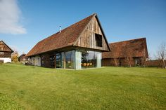 Haus P barn renovation exterior design - Home Decorating Trends - Homedit Architecture Résidentielle, Architect Magazine, Design Exterior, Barn Renovation, Modern Barn, Old Barns, House Roof, Design Case, Maine House
