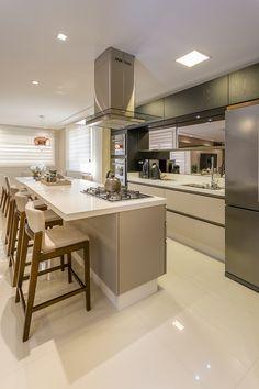 28 inspirações de ilha gourmet para deixar sua cozinha mais prática e fashionista – Decorando Kitchen Room Design, Modern Kitchen Design, Home Decor Kitchen, Interior Design Kitchen, Modern Farmhouse Kitchens, Farmhouse Style Kitchen, Rustic Kitchen, Home Kitchens, Küchen Design