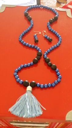 Collar azul y negro con borla
