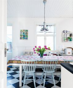 Love the floor, chairs and metal pendant light (yes, I am obsessed!).