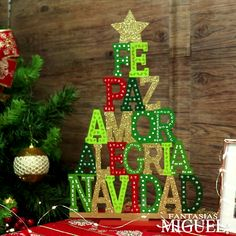 - Best ideas for decoration and makeup - Wooden Christmas Crafts, Pallet Christmas Tree, Dollar Tree Christmas, Christmas Porch, Farmhouse Christmas Decor, Harry Potter Christmas Decorations, Front Door Christmas Decorations, Christmas Tree Themes, Light Bulb