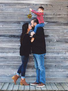 adorable family christmas picture! #mistletoe #christmas #kissing #family