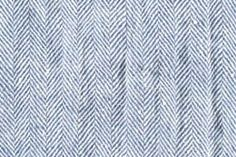 Tissu de lin lavé chevron blanc-bleu.