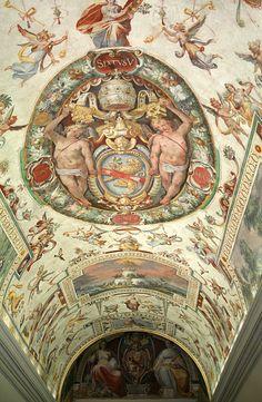 Bóveda de la escalera Al lado de la Capilla Sixtina manierista frescos, los Paisajes, Motivos alegóricos y el escudo de armas del Papa Sixto V .