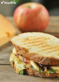 Sandwich with Cheese & Apple. Sandwich with cheese apple and caramelized onion. (in Spanish) Milk Recipes, Vegetarian Recipes, Cooking Recipes, Healthy Recipes, I Love Food, Good Food, Yummy Food, Veggie Sandwich, Apple Sandwich