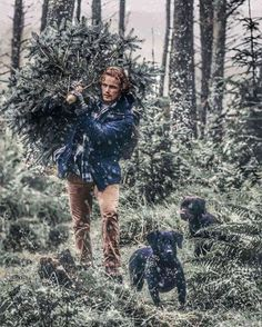 Cutting down the Christmas tree, Sam Heughan (Jamie in Outlander) ❤️ Sam Heughan Outlander, Outlander Series, Outlander Casting, Men In Kilts, Sam And Cait, Samheughan, Cinema, Jamie And Claire, Caitriona Balfe