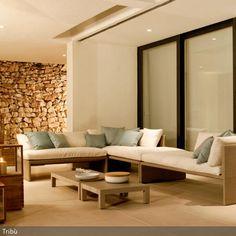 Das Wohnzimmer strahlt eine gemütliche Atmosphäre aus, die von der Farbwahl aus gedämpften und natürlichen Farben unterstützt wird. Die Laternen mit den großen…