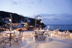 Situato sull'isola di Panarea, di fronte al porticciolo turistico di S. Pietro, l'Hotel Lisca Bianca vanta una splendida vista sul mare e sugli isolotti, che regalano dall'alba al tramonto, scenari di incomparabile bellezza. La struttura dell'Hotel si compone di piccoli edifici, giardini e terrazze sul mare, che ospitano le camere, il bar, il ristorante e le boutiques.  L'isola incantata, il mare e le candele delle terrazze rendono il vostro evento un'emozione da mille e una notte!